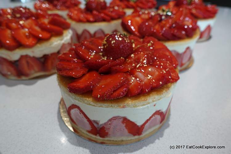 Fraisier cakes with fresh strawberries